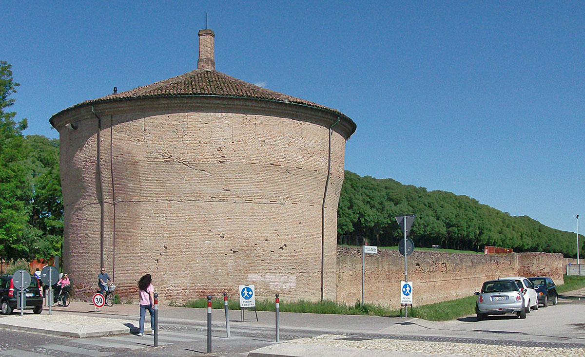 Torre de la muralla construïda per Biagio Rossetti (1491-1505) tal com es veu avui.