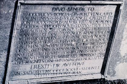 Inscripció de la Torre Borja de Subiaco, amb text de Jeroni Pau.