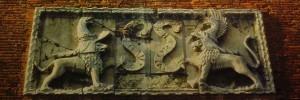 """Divisa dels Este al castell de Ferrara """"wor-bas"""", sempre endavant."""