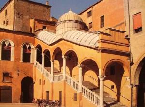 Escala coberta al pati d'honor del palau ducal.