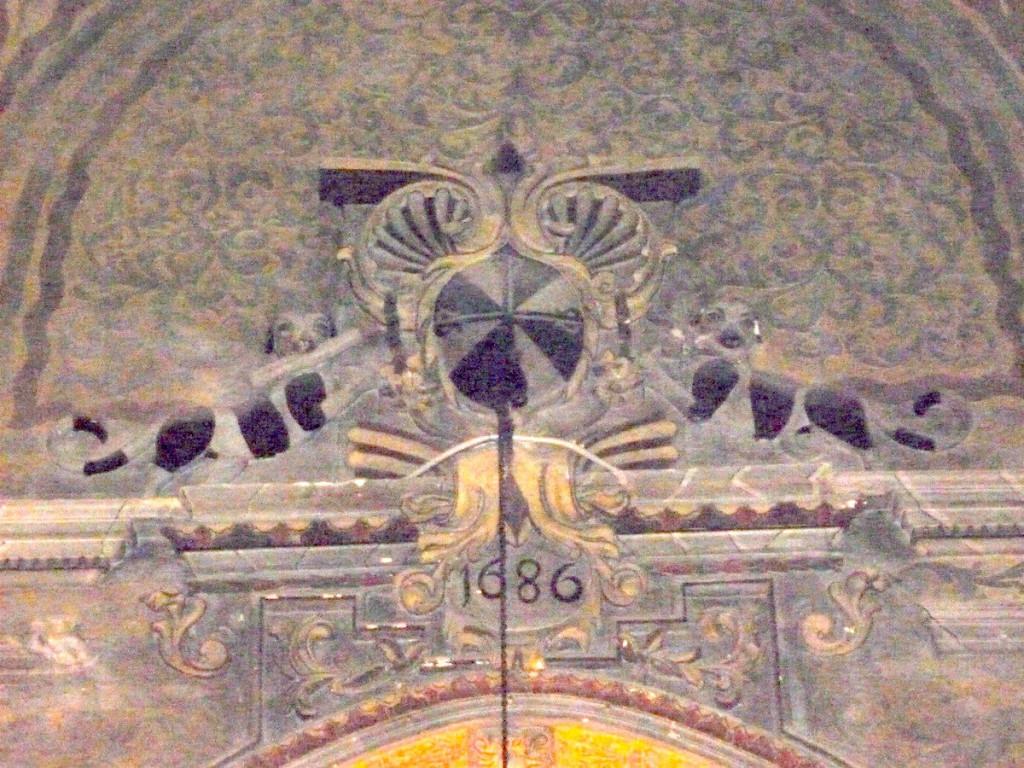 Detall de l'esgrafiat al·lusiu a sant Doménec