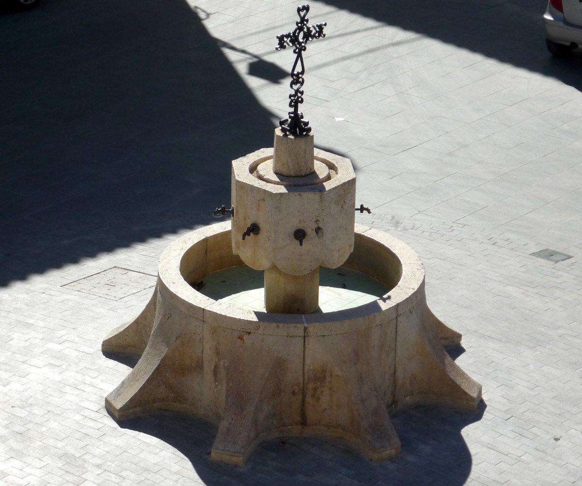Font de la plaça de la Creu (Llombai).